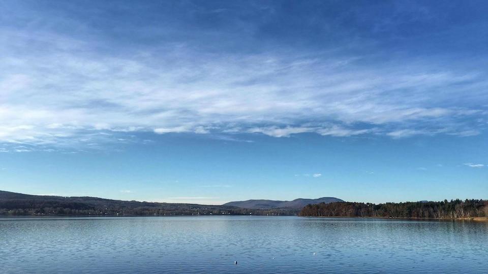 Le lac Memphrémagog vu des États-Unis est aussi la source d'eau potable des villes de Magog et Sherbrooke