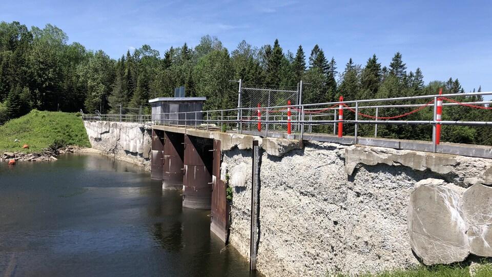 Le béton du barrage du lac Métis est très abîmé.