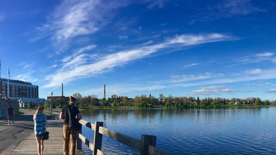 La promenade Agnès-Dumulon aux abords du Lac Osisko, à Rouyn-Noranda