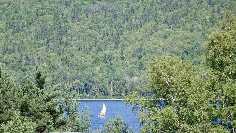 Un voilier sur le lac Pohénégamook.