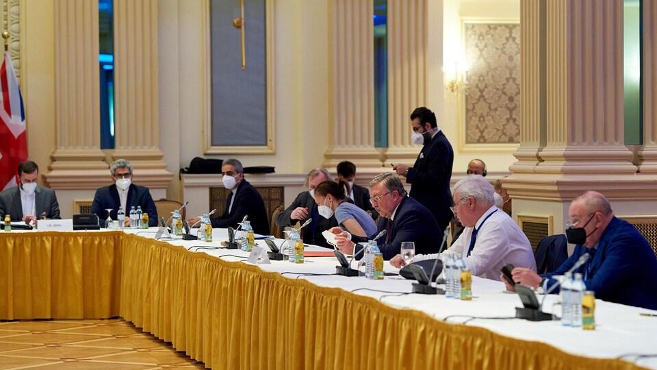 Les négociateurs autour d'une table.