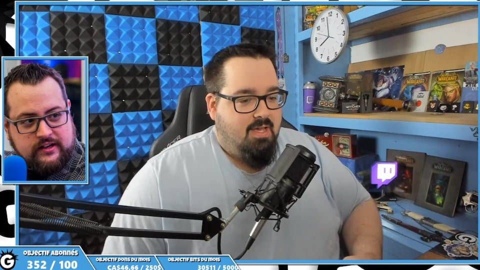Un homme parle devant un micro dans une salle de joueur de jeux vidéo.