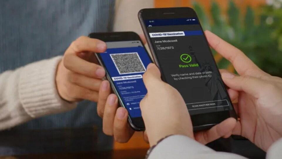 """Deux téléphones intelligents, dont l'un comporte un code QR, et l'autre affiche un signe """"laissez-passer valide""""."""
