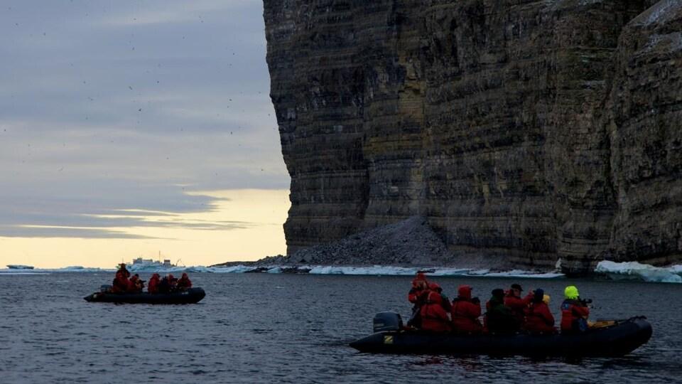 Des bateaux à moteur naviguent dans l'aire marine nationale de conservation Tallurutiup Imanga.
