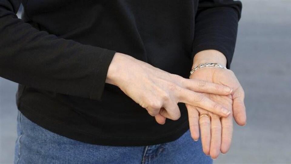 Une femme communique en langage des signes