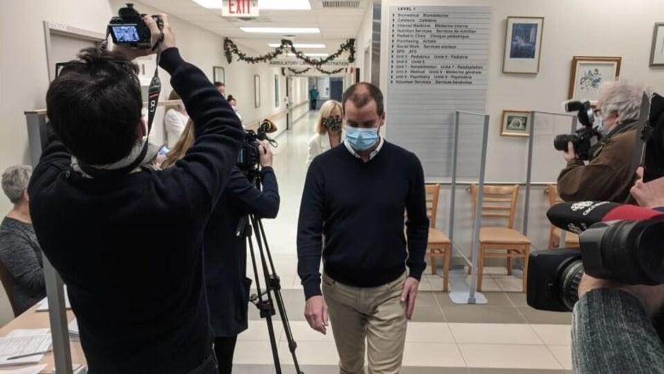 Le Dr Chris Lantz sort de la salle de vaccination.