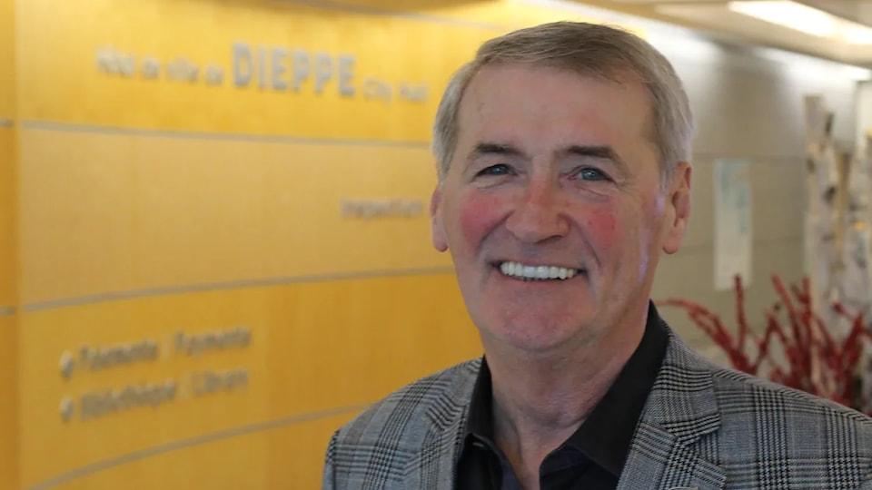 Yvon Lapierre, souriant, dans la réception de l'hôtel de ville de Dieppe