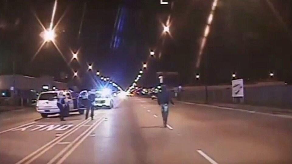 Laquan McDonald marche sur la route quelques instants avant d'être atteint de 16 balles.