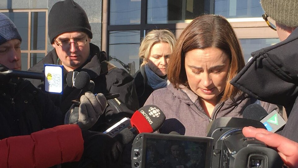 Nadine Larche répond aux questions de journalistes devant le palais de justice