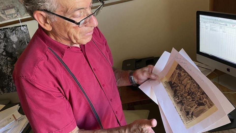 Larry Larrichio tenant une photo d'archives d'un pensionnat.