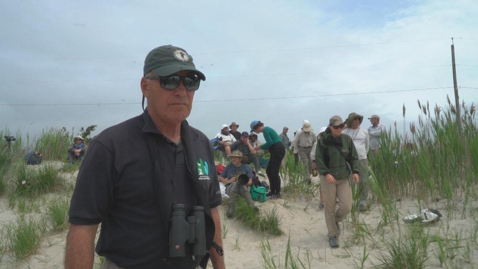 M. Niles sur les dunes près de la plage.