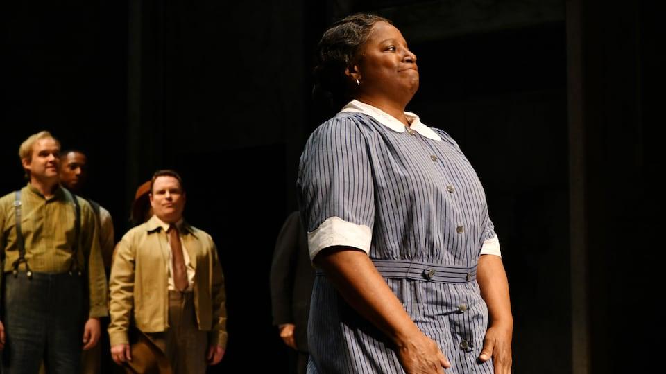 LaTanya Richardson salue la foule après la première de «Ne tirez pas sur l'oiseau moqueur» à Broadway