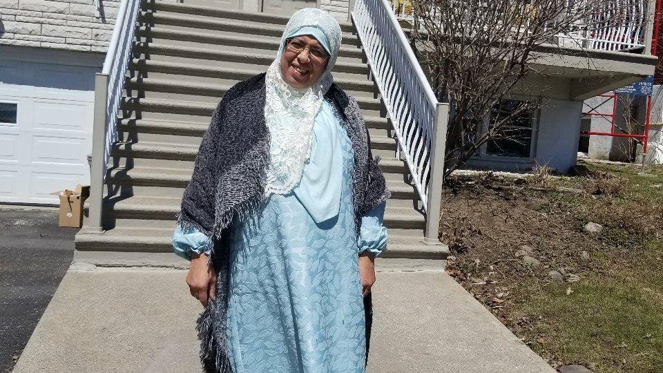 Fatiha, la mère de Fatima Zahra Ayoub El Idrissi, devant la maison de sa fille à Montréal.