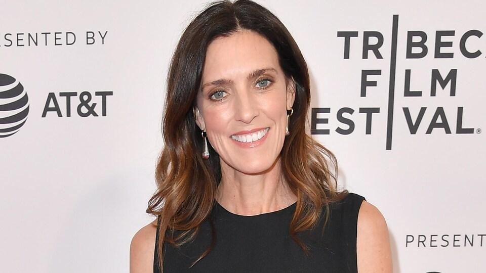 La réalisatrice Laura Brownson sourit et prend la pose sur le tapis rouge du Festival de Tribeca.