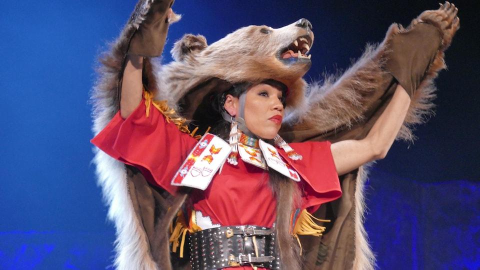 L'artiste Laura Grizzlypaws habillé d'une peau d'ours.