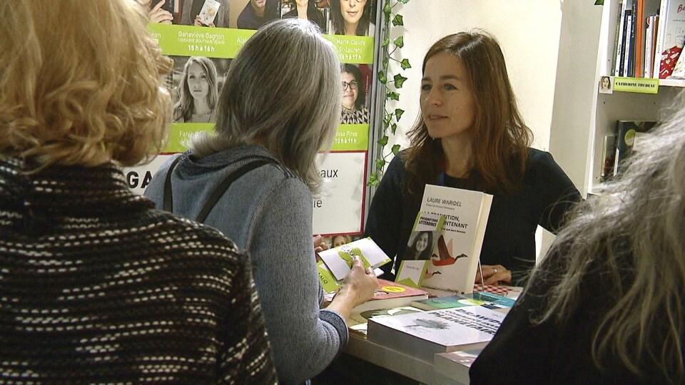 Laure Waridel discute avec une lectrice.