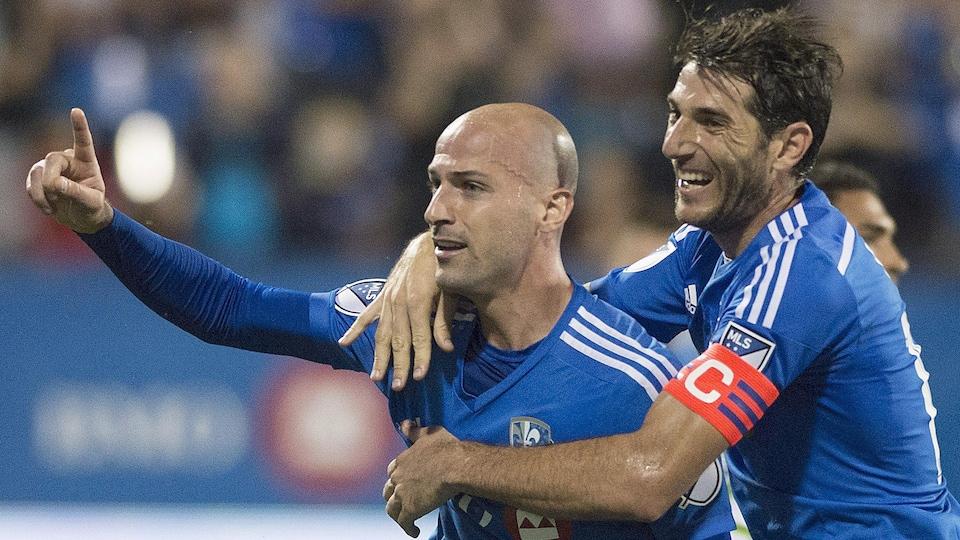 Laurent Ciman et Nacho Piatti célèbrent un but.