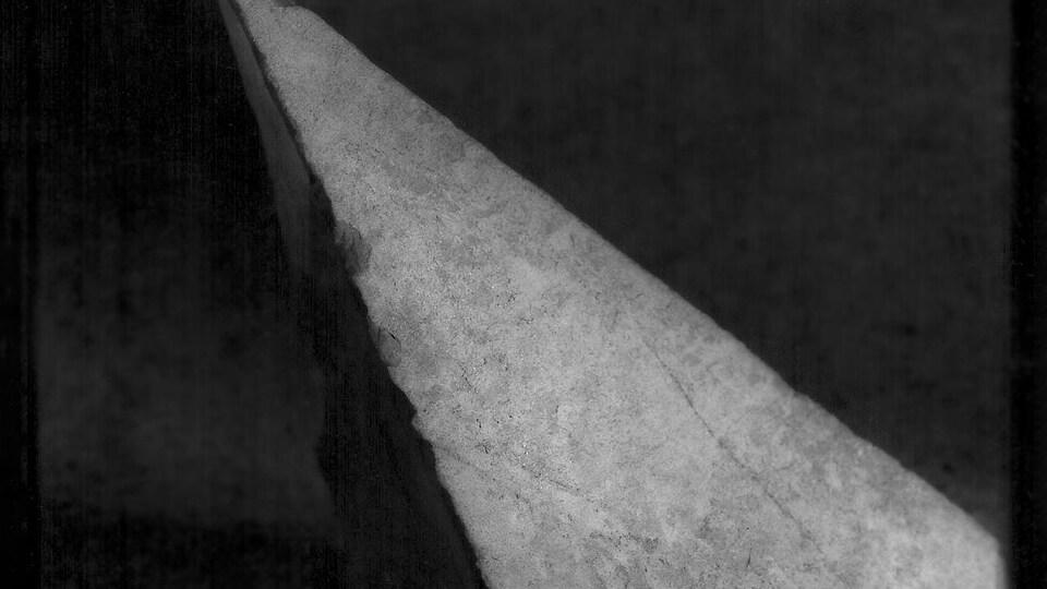 La Pointe, photographie de Laurent Theillet : image en noir et blanc, avec une bande blanche sur fond gris sombre.