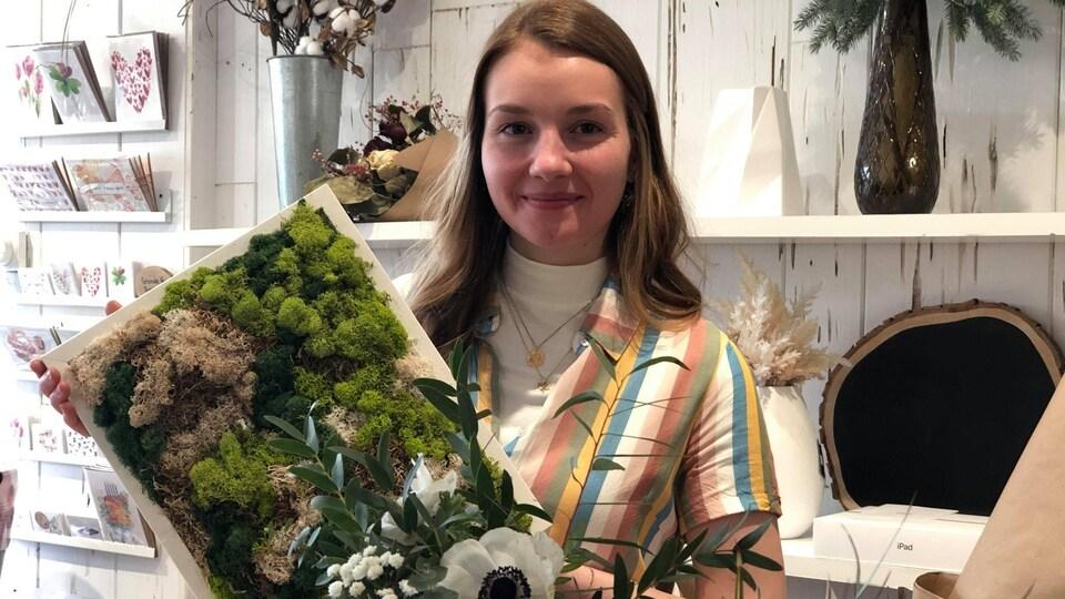 Lauriane St-Jacques tient un cadre végétal.
