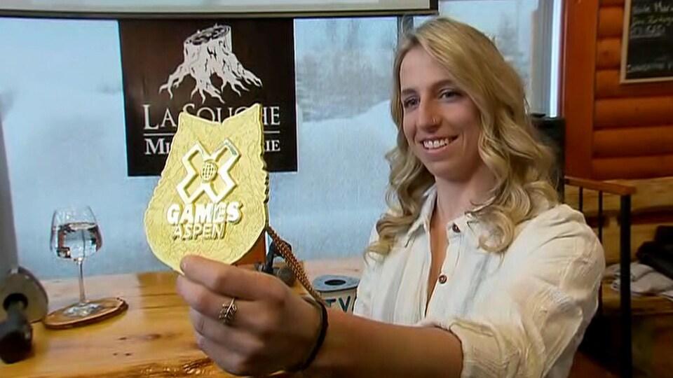 Laurie Blouin pose fièrement avec sa médaille d'or lors d'une conférence de presse dans une brasserie du secteur de Stoneham, à Québec.