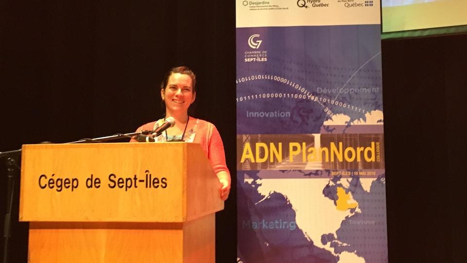 Laurie Guimond sur la scène de l'auditorium du Cégep de Sept-Îles.