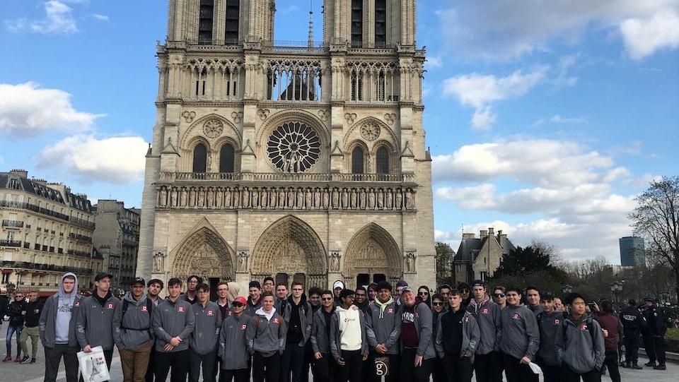 William Lazarenko et d'autres élèves de l'école Saint Paul's devant la cathédrale.