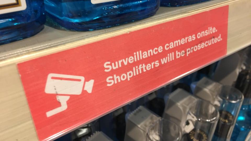 À la LCBO, des vignettes indiquent l'existence de caméras de surveillance au public.