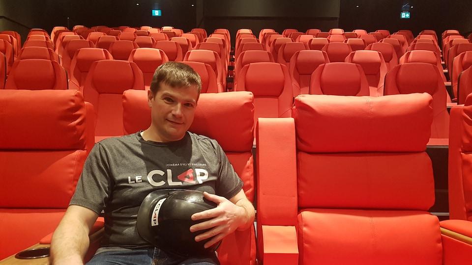 Robin Plamondon dans une salle de cinéma.