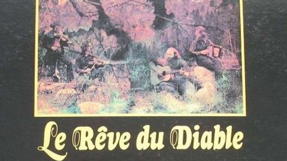 La pochette du premier album du groupe Le rêve du Diable, avec le titre du groupe sous un dessin de quatre hommes qui jouent du violon, de la guitare et de l'harmonica dans la nature.