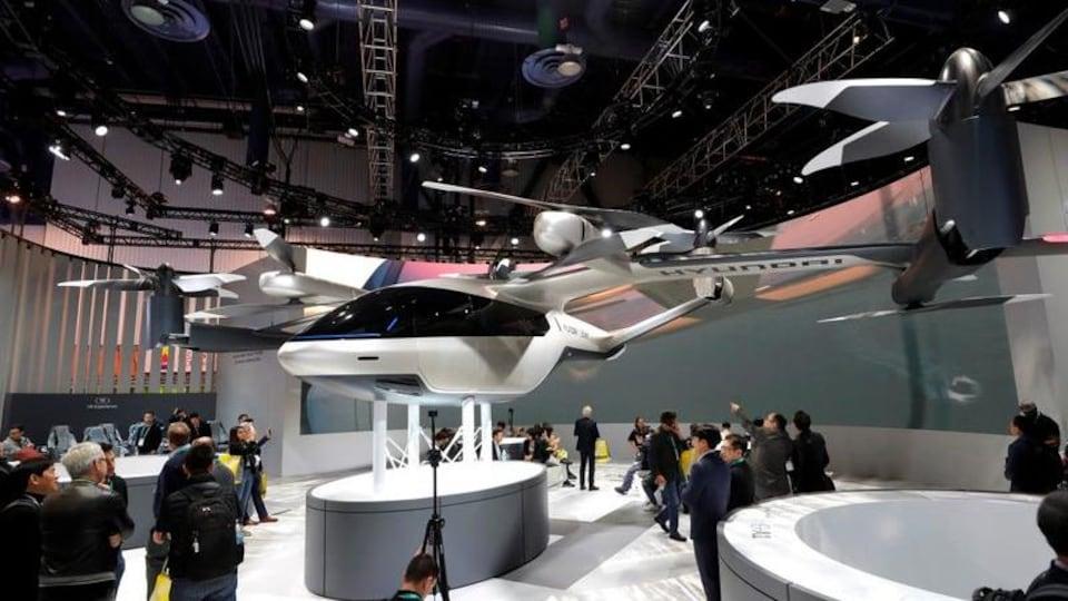 Le S-A1, un taxi volant électrique développé avec Uber, dans un salle d'exposition intérieure.