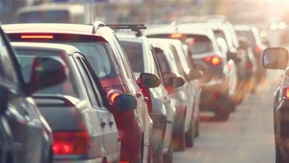 Des voitures sur une route.