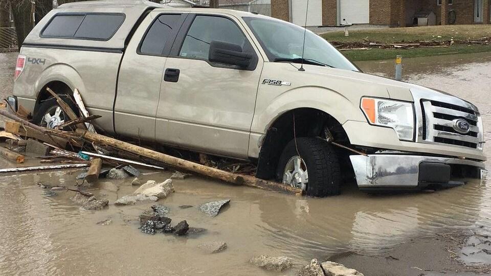 Des véhicules ont été abandonnés en bordure de route, dans certains secteurs touchés par les inondations.