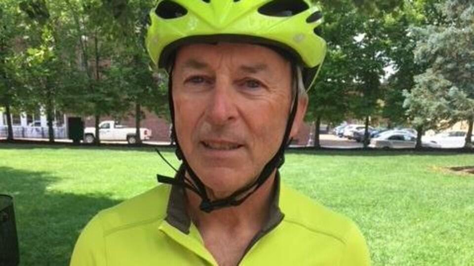 Mark LeBlanc en costume de cycliste, devant l'hôtel de ville de Moncton