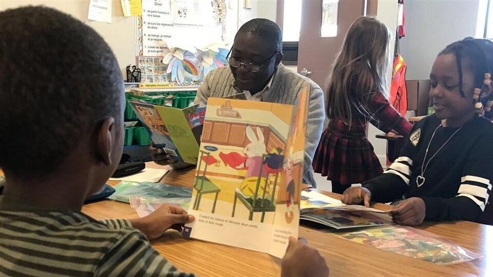 Groupe de lecture de la 2e année à l'École Précieux-Sang
