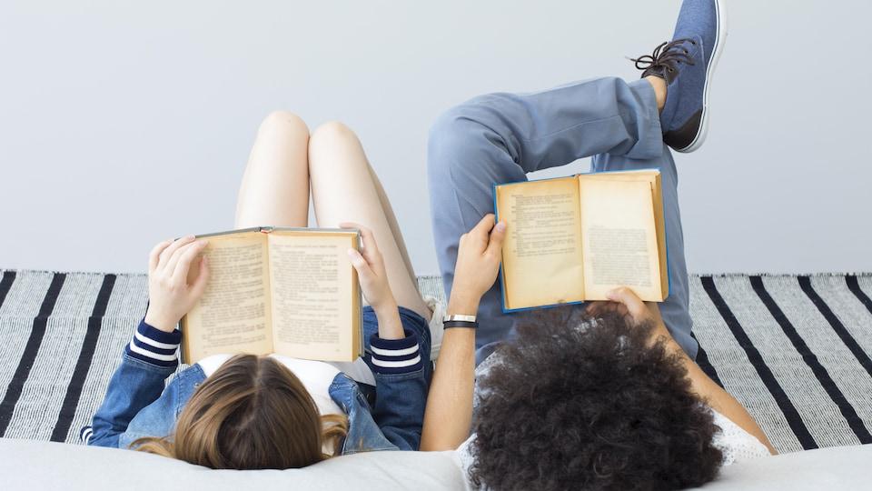 Deux personnes lisent chacune un livre