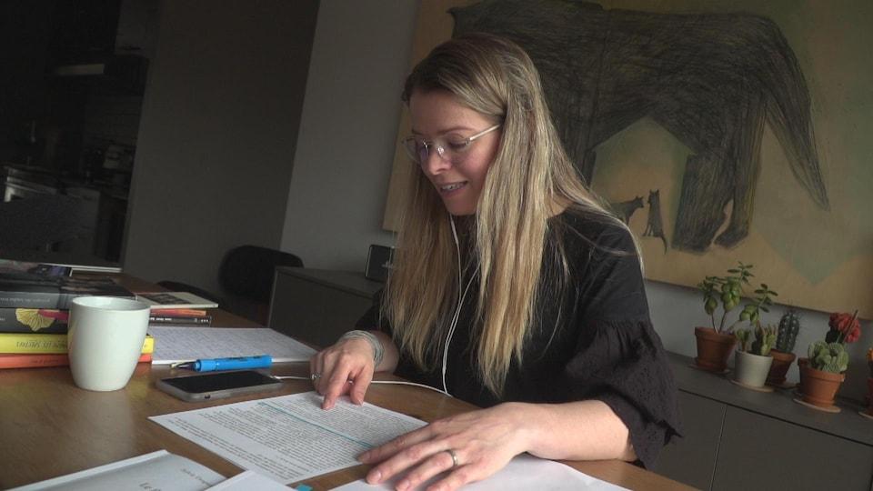 Une actrice lit un extrait de roman en parlant au téléphone.