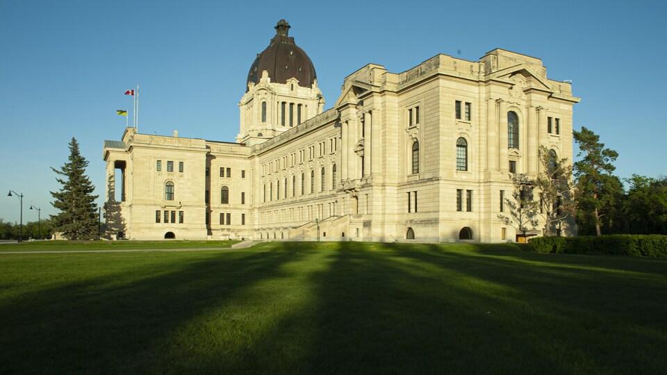 L'Assemblée législative de Regina photographiée en plein été.
