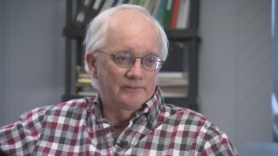 Lee Eddy est un homme aux cheveux blancs et aux petites lunettes rondes.