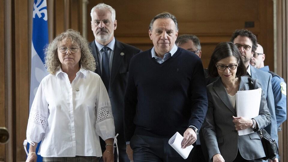 Le premier ministre François Legault, flanqué des ministres Marguerite Blais et Danielle McCann.