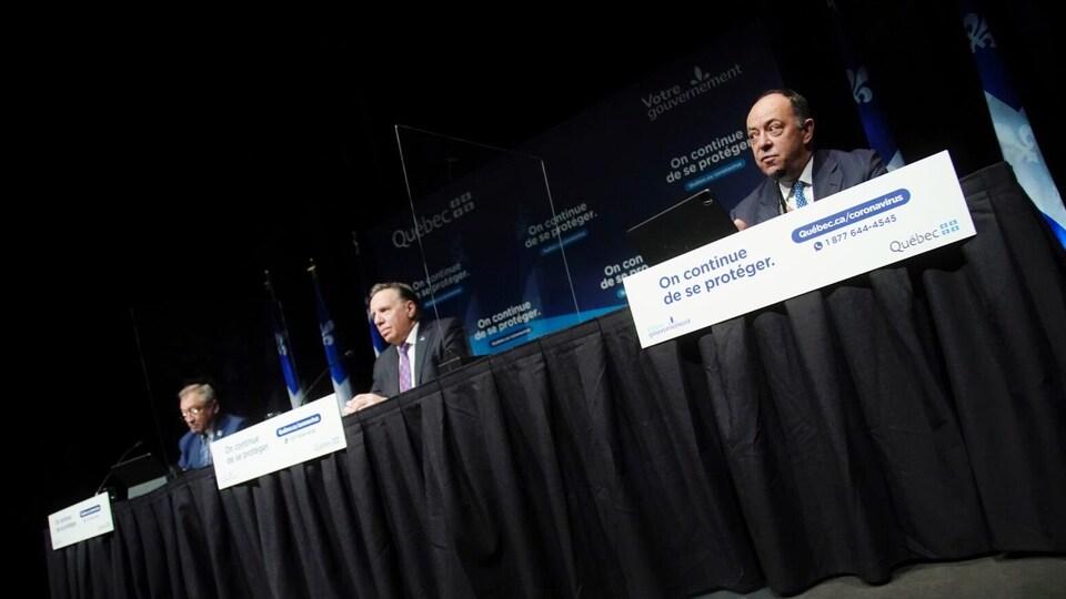 De gauche à droite : le Dr Arruda, le premier ministre Legault et le ministre Dubé.