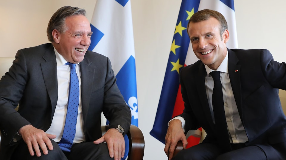 François Legault et Emmanuel Macron assis dans un fauteuil
