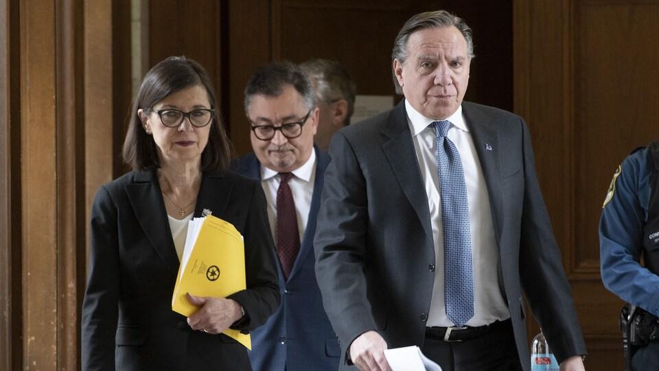François Legault, Danielle McCann et Horacio Arruda à leur arrivée à la conférence de presse.