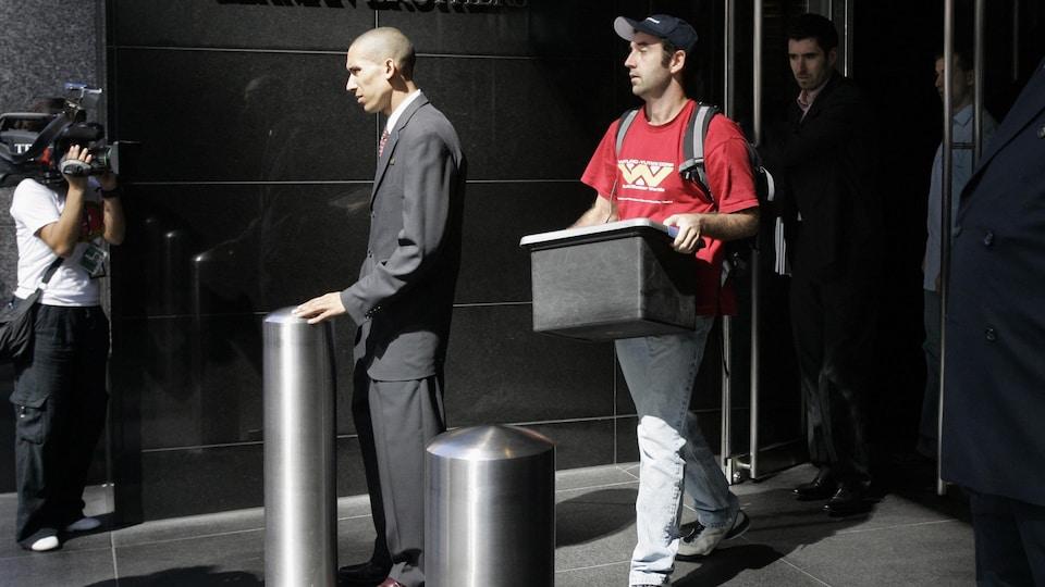 Un employé de Lehman Brothers quitte le siège social avec ses effets personnels le 15 septembre 2008.