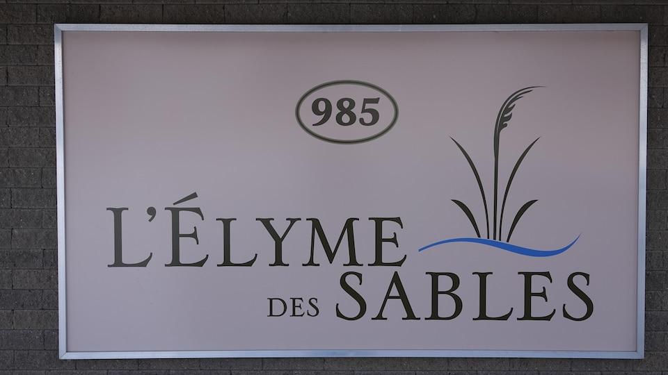 L'enseigne est sobre avec une dessin d'Élyme des sables.