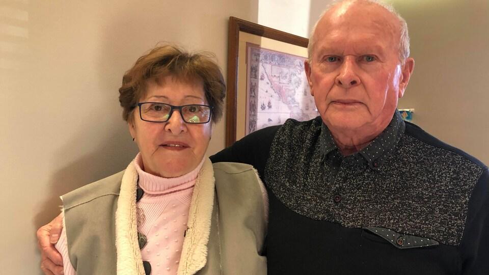 Léona Rodgers et Gilles Lelièvre s'enlacent.