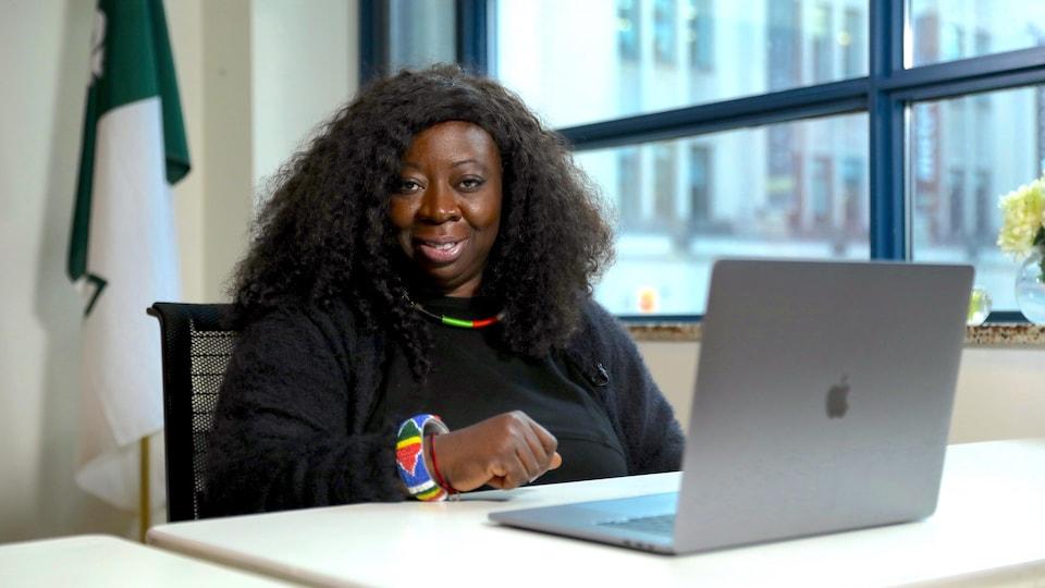 Une dame devant un ordinateur.