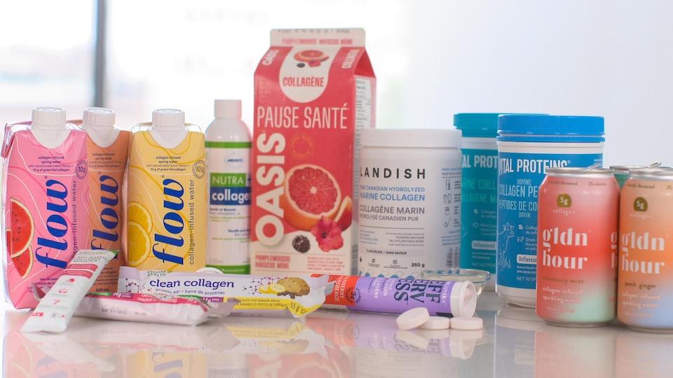 Différents produits offrant des suppléments de collagène sont disposés sur une table.