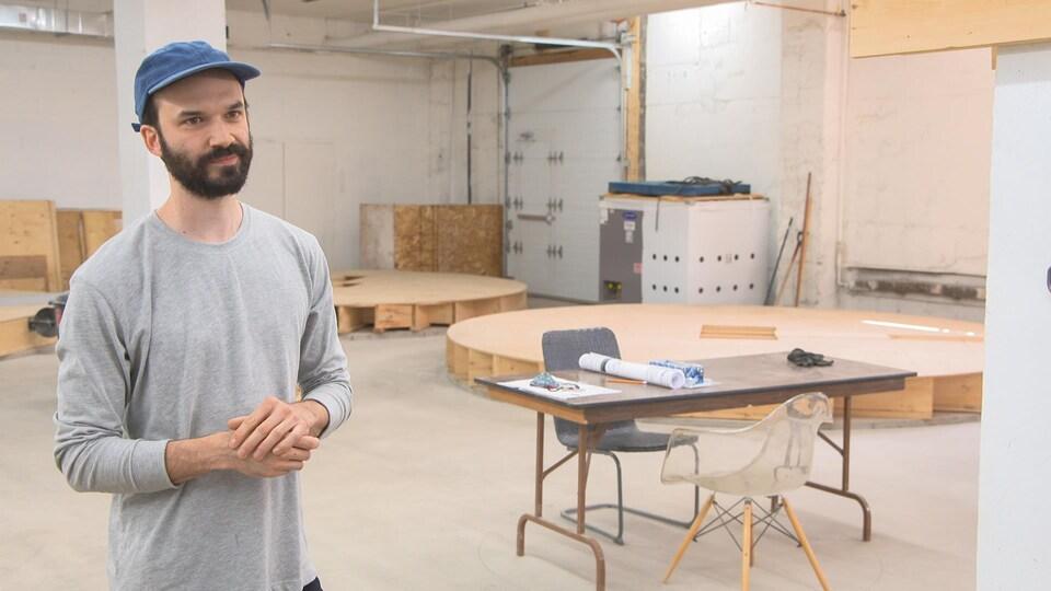 David Dupaul-Chicoine dans une pièce en construction.