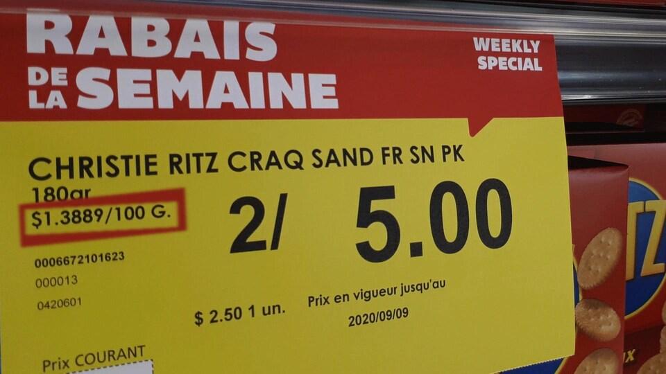 Une affiche de prix indiquant le prix par 100 g