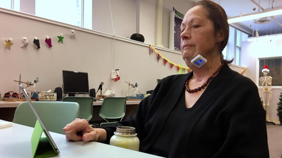 Leslie O'Connor-Parsons dans une salle de l'Université de l'Alberta en train d'essayer le dispositif Mobili-T.